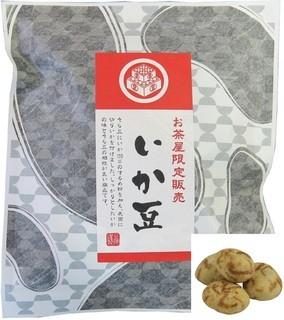 お茶の鴻雪園 - 【いか豆】そら豆にいか100%のするめ粉を加え、表面に切りいかを付けました。しっかりとしたイカの味とそら豆の相性が良い商品です。