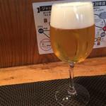 37910215 - ワイングラスで生ビール(300円)。