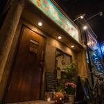 ウクレレ食堂 - お店の入り口です。ドアノブがウクレレだったりします〜