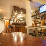 ウクレレ食堂 - 店内です。スティールパンがあったりウクレレが飾っていたり〜
