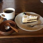 マジック×マレット - ケーキセット(オレオチーズケーキとオーガニック珈琲)800円