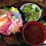 魚甚 - 獲れたて豪華海鮮丼700円税込、味噌汁、サラダ、小鉢一品付き