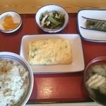 山形北町食堂 - 竹の子ご飯にネギ入り出汁巻き。