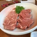 焼肉・音琴 - 焼き肉  焼き肉通り越してステーキのような厚さ。 しかし柔らかくて美味しい。ながさき和牛。