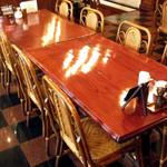 レストラン シマダ - 店内中央の8名が座れるテーブル。