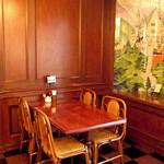 レストラン シマダ - ノイシュヴァンシュタイン城の壁画前のお席