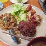 案山子 - サラダ 揚げ餃子 鶏の唐揚げスイートチリソース ミンチカツ 焼き鯖 焼きソバ