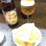 37919147 - 瓶ビール(550円)とお通しのキャベツとニンジン