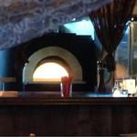 ハーレーパーク - キッチンにピザ用焼釜あります
