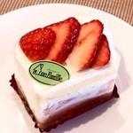 37920382 - 苺のショートケーキ