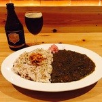 JUNAYNA - スパイシーチキンカリー(ホウレン草)と黒ビール