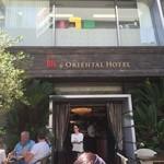 シクスバイオリエンタルホテル - テラスでは欧米人が一杯やってました。