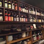 さつま黒豚食堂 川崎商店 - カウンターの前にお酒がズラリ❤︎