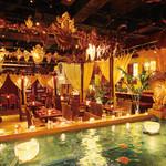 バリラックス ザ ガーデン - 内観写真:水が流れる店内は、まさにリゾート!