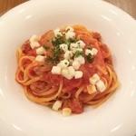 カピートロ - サルシッチャと玉ネギのトマトソースリングイネ