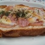 37950909 - 今日はこんなんですウインナー、チーズ、バジル、パセリ、サラダ玉ねぎ、ツブ胡椒だわ