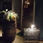 3796774 - ウィスキー樽・イーゼル・特徴あるドアが目印