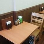オムライス&cafe STYLE - テーブル席2名がけ