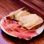 TAVERNA UOKIN - すみのえのつぶ塩パンと生ハムのラクレットチーズがけ