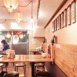 肉汁水餃子 餃包 - 【'15/05/13撮影】店内のテーブル席の風景です