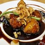 自然派中華 クイジン - マンゴーを巻いた豚肉の黒酢酢豚 980円