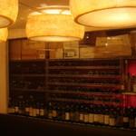 バッチョーネ - 壁一面のウォークインセラーにはイタリアを中心に各地のワインを取り揃えております。