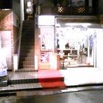 リングラツィオ - 中央の階段を下りると入口があります。