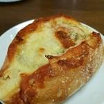さちパン工房  - ブルーチーズ もっちりフランスパンのうえにジューシーなチーズ(°▽°)