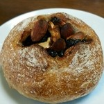 さちパン工房  - くるみチョコナッツ くるみを練り込んだフランスパンのうえに結構たっぷりのチョコとナッツ(^^)/ 贅沢でおいし(´∇`)