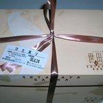 ヴォアラ洋菓子店 - VOIRA お持ち帰り用の箱