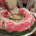 金蔦 - このお店オリジナルの『博多炊き肉鍋』です。                             特許を取ったドーナツ型の鍋に美しく盛られたお肉と野菜を、濃厚な牛テールスープでしゃぶしゃぶのようにして頂くもの。