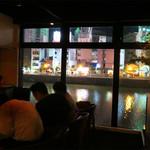 道 - 那珂川の川沿いにあり、夜景を楽しむことが出来るロマンチックなバーです。                             バーですが、イタリアン・フレンチ・スペインのタパス的なお料理も充実しており、お食事も楽しめます。