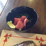 べっぴん - 小鉢はマグロ刺身(切り落とし)