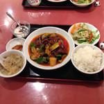 38013223 - 本日得のランチ(11:00〜15:00)から  四川風牛肉と野菜炒め 650円                       ランチ&スープおかわり自由!