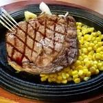ミートダイニングゴッサム - 「ランチステーキ150g」1000円(税抜き)ソースはテーブルにあるガーリックソースとフルーツソースをお好みで。