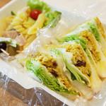 カメラ - カレーチキンサラダのサンドイッチ(750円)