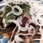 ニューハマヤ - 鰹のたたき。メインのかつがタマネギとネギに埋もれています(^^;;