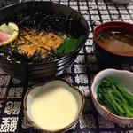 太郎寿司 - うにの茶碗蒸しと赤だしとほうれん草のおひたしが付いている