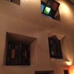 荻窪珈琲店 - あっちこっちにある窓にはステンドグラスが嵌められている