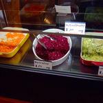 SUKA - サラダを量り売りしています。