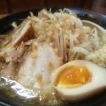38031089 - ラーメン麺少なめ煮玉子付き750円 ニンニクカラメ