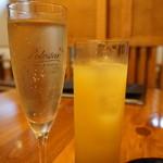 布袋家 - スパークリングワイン(480円)とマンゴージュース(460円)
