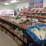 38036967 - 農家さんが朝持ち込んだ季節の新鮮野菜!                       安い!!                       観光客よりも地元の人がよう買ってきます(笑)
