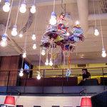 カフェ ゼノン - 2010/04/30撮影。漫画本や雑誌を使ったシャンデリア。