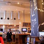 カフェ ゼノン - 2010/04/30撮影。カウンター奥、キッチンの壁に大きな人影らしきものが・・・