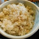 こだわりとんかつ かつ将 - ご飯は白ごはんと麦ごはんが選べます。お代わりできます。