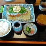 38050369 - ネギおろしロース膳(1520円)レモンの上には生姜とニンニクが。