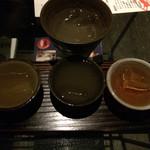 湯郷温泉 かつらぎ - 手前:利き酒セット@900(マスターおすすめにしてもらいました) 奥:バナナ梅酒