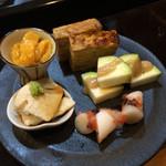 和酒飯くり家 - 小皿料理の盛り合わせ(ホヤの塩辛、水ナス、ウドの梅肉和え、卵焼き、嶺岡豆腐)
