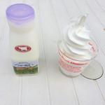 38053989 - 牛乳とソフトクリーム